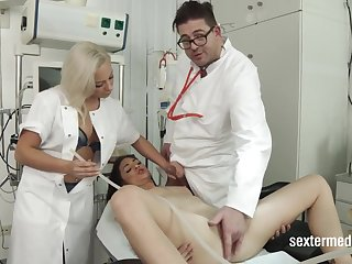 Lullu Gun beim Arzt medical fetish at gyno doctor